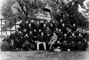 Lehrerkollegium und Klassen der Volksschule Frotheim um 1900