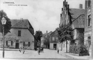 Marktplatz mit Gaslaterne und Rathaus um 1900