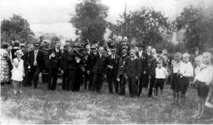 Aufgestellt zum Gruppenfoto mit dem Bierglas in der Hand, um 1926