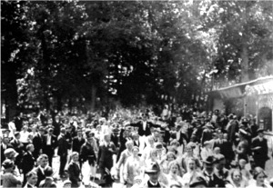 Schützenfest um 1926. Rechts im Bild ein Teil der Galerie.