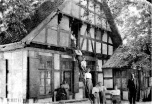 Amtshaus Levern mit Familie Schauhoff und den Haustöchtern des Pensionats Schauhoff um 1910.