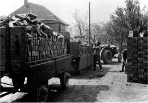 Verladen von Ziegelsteinen in der Ziegelei Dröge-Braune in Twiehausen-Niedermehnen um 1932
